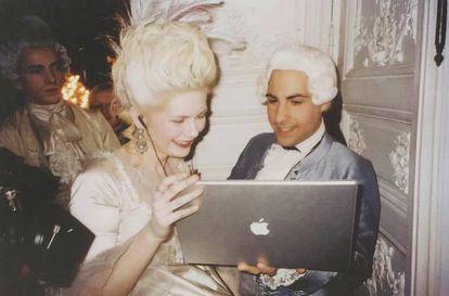 Kirsten Dunst y Jason Schwartzman en un momento del rodaje de María Antonieta (2006)