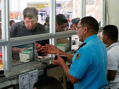 Un oficial migratorio panameño atiende a un extranjero en el puesto de Paso Canoas.