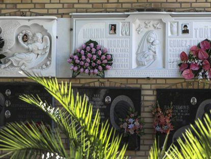 Las tumbas de las niñas de Alcàsser en el cementerio de la localidad.