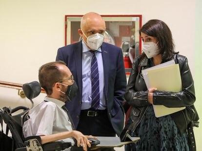 El portavoz de Unidas Podemos, Pablo Echenique, a la izquierda, charla con los socialistas Rafael Simancas y Adriana Lastra, en el Congreso en marzo.