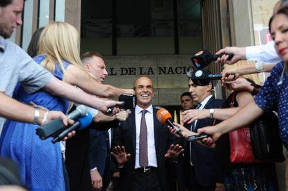 El jefe de los servicios de Inteligencia de Argentina, Gustavo Arribas, sale de los tribunales en Buenos Aires tras declarar en enero de 2017.