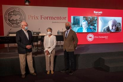 From the left, the members of the Formentor Prize jury: Francisco Ferrer, Anna Caballé, Basilio Baltasar and on the screens, Gerald Martin and Juan Antonio Masoliver.