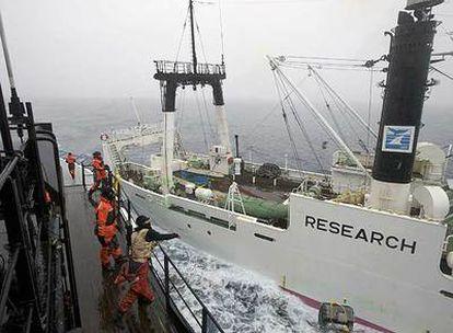 Un activista del 'Steve Irwin' lanza una botella al pesquero japonés 'Kaiko Maru'
