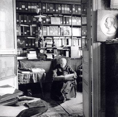 Henri Breuil, en su despacho de París, en 1956.