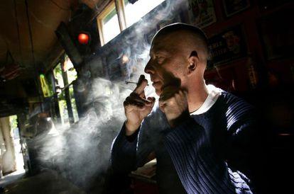 Un hombre fuma cannabis en un 'coffeeshop'.