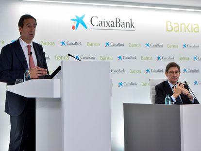 El presidente de Bankia, que será presidente ejecutivo de la nueva entidad, José Ignacio Goirigolzarri (derecha), y el consejero delegado de CaixaBank, que será consejero delegado de la nueva entidad, Gonzalo Gortázar (izquierda), este viernes en Valencia.