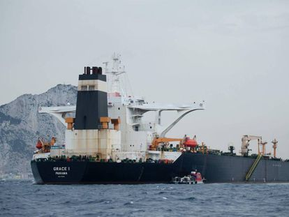 El superpetrolero 'Grace 1', fondeado a dos millas al este de de Gibraltar. En vídeo, declaraciones del ministro de Exteriores de Reino Unido, Jeremy Hunt.