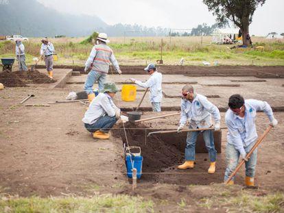 Un grupo de especialista busca vestigios de la civilización muisca a las afueras de Bogotá, Colombia.