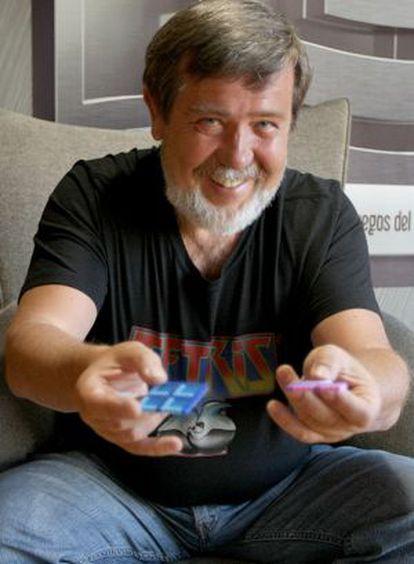 Alexey Pajitnov muestra dos piezas de Tetris en Bilbao.