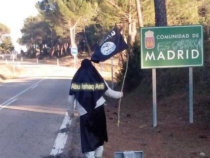 Abu Ishaq Arifi (uno de los arrestados ayer), con una bandera del Estado Islámico en una carretera de Ávila limítrofe con la Comunidad de Madrid. La imagen ha sido obtenida de la cuenta de Facebook del detenido.