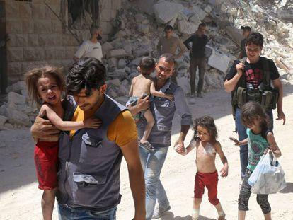 Civiles sirios en el barrio rebelde de Al-Mashhad, en Alepo.
