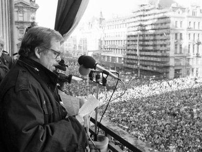 Havel, durante su discurso en la plaza de Wenceslao, en Praga, el 10 de diciembre de 1989.