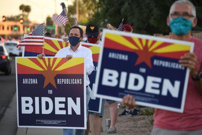 El juez Dan Barker (con camisa blanca), en una manifestación del grupo 'Republicanos por Biden' en Phoenix.