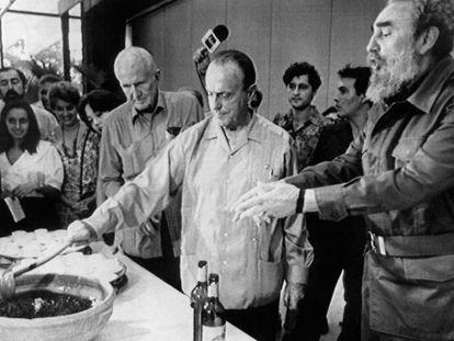 Manuel Fraga prepara una queimada ante la mirada de Fidel Castro, el 25 de septiembre de 1991.