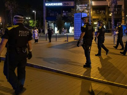 Agentes de la Guardia Urbana forman una línea en las inmediaciones de la playa de la Barceloneta para hacer efectivo el toque de queda, en una imagen de archivo.
