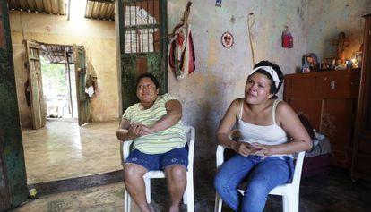 Celia y su hija Karime, ambas separadas de sus maridos, que emigraron a EE UU.
