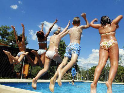 Un grupo de niños juega en la piscina de un campamento de verano en Villanueva de la Cañada (Madrid).