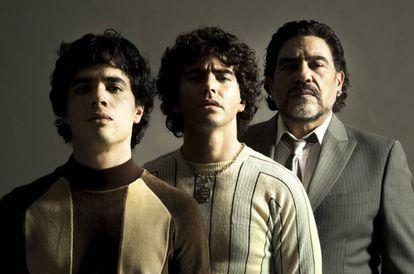 Nicolás Goldschmidt, Nazareno Casero y Juan Palomino, caracterizados como Maradona en tres momentos de la vida del futbolista.