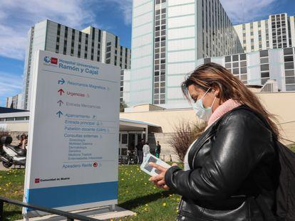 Una trabajadora del Hospital Ramón y Cajal de Madrid espera el resultado de la prueba del coronavirus que ha realizado en su propio centro.