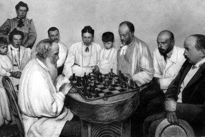 León Tolstói (izquierda) juega al ajedrez con su yerno Mijail Segeievitch, rodeado por su mujer, sus dos hijos y otros miembros de la familia.