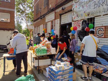 Reparto de comida el pasado fin de semana en la Asociación de Vecinos de Aluche, en una imagen cedida por la asociación.