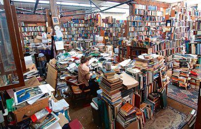 Según una leyenda urbana canadiense, una vez un cliente entró en la librería MacLeod's de Vancouver, pidió un libro y se lo encontraron en menos de un día.
