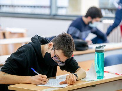 Un alumno realiza un examen en la Universidad de Valencia, el pasado curso.