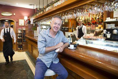 El director británico Michael Winterbottom, en el restaurante El Refectorium de Málaga, durante el rodaje de 'Viaje a España', el pasado lunes.