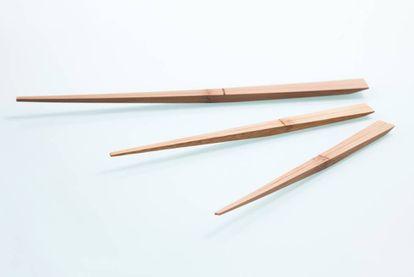 'Uki Hashi / Restless Chopsticks', un modelo que se apoya sin rozar la mesa ni la servilleta, y evita así la transmisión de gérmenes, del diseñador japonés Mikiya Kobayashi. |