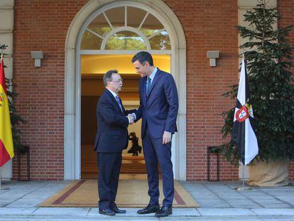 El presidente del Gobierno, Pedro Sánchez, recibe, en el palacio de la Moncloa, al presidente de Ceuta, Juan Jesús Vivas, en diciembre de 2018.
