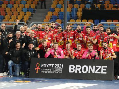 El equipo español posa con la medalla de bronce en el Mundial.