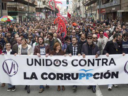 Unas tres mil personas se manifiestan en Murcia contra la corrupción.