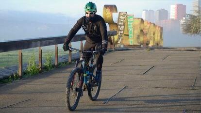 Un ciclista hace deporte, esta mañana, en Vitoria.
