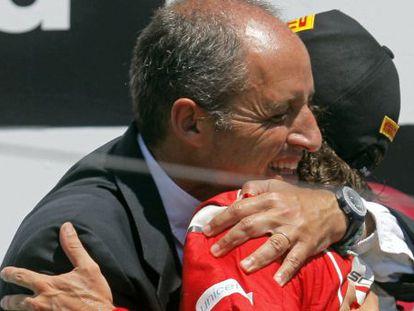 Francisco Camps abraza a Fernando Alonso en Valencia.