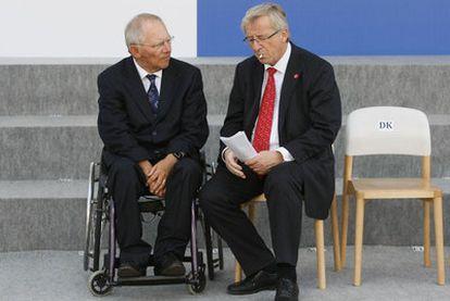 El ministro de Finanzas alemán, Wolfgang Schaeuble habla con Jean Claude Juncker, presidente del Eurogrupo.