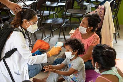 Una doctora toma la temperatura de una familia en Cabo, San Lucas, México.
