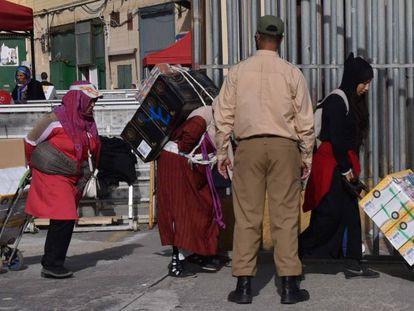 Porteadoras cruzando con carros sus mercancías en la frontera de Ceuta.