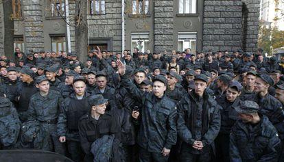 Protesta de soldados ucranios que piden ser desmovilizados, este lunes en Kiev.