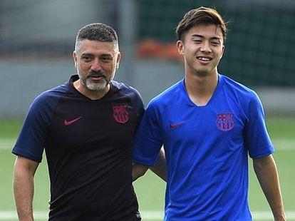 García Pimienta, con el futbolista Hiroki Abe.