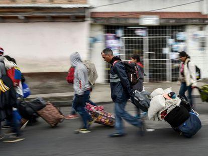 Migrantes venezolanos que se dirigen hacia Perú en las calles de Tulcán (Ecuador), tras cruzar la frontera con Colombia.