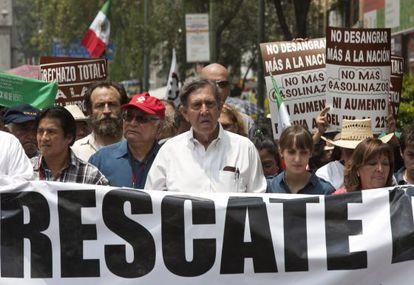 Cuauhtémoc Cárdenas encabeza una marcha en contra de la propuesta de reforma energética de Enrique Peña Nieto el sábado en la Ciudad de México.