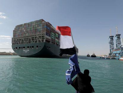 Una bandera egipcia ondea al viento después de que el 'Ever Given' fuese desencallado.