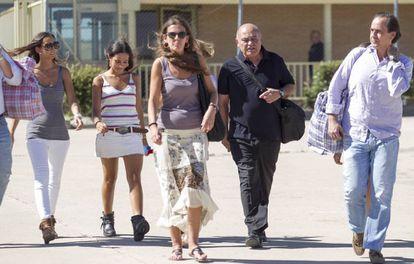 Gerardo Díaz Ferrán, de negro, acompañado de su familia a la salida de la cárcel durante su primer permiso penitenciario, el pasado julio.