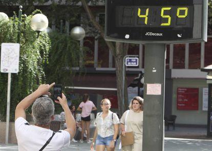 Un termómetro marca 45 grados en una calle de Ciudad Real este miércoles.