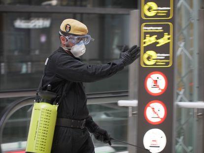 Un brigada de la UME durante las labores de desinfección del aeropuerto de Barajas, en Madrid.