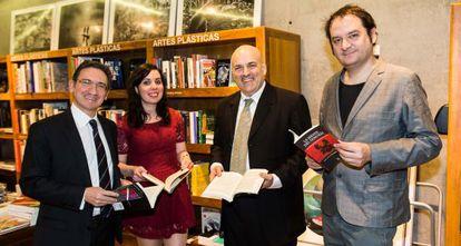 La novelista, Andrea Tomé, y los reponsables del premio La Caixa/Plataforma.
