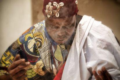 El chamán Autel Azé Kokovivina, en Caixaforum. Abajo, máscara de Bali y un vídeo de Sergio Prego.