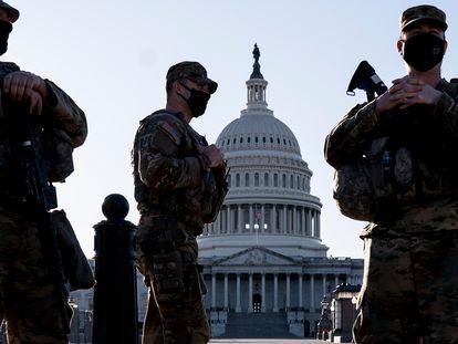 Miembros de la Guardia Nacional en los alrededores del Capitolio, este miércoles.