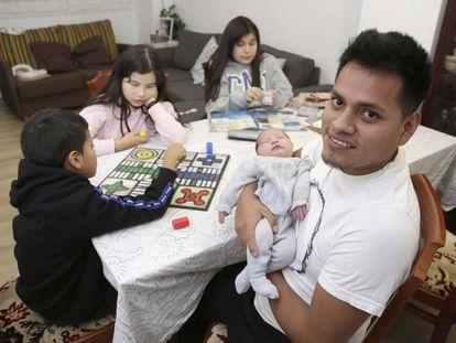 José, con su hija recien nacida en casa de sus suegros en San Sebastián, en noviembre.