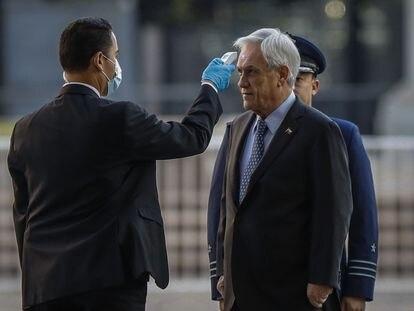 El presidente de Chile, Sebastián Piñera, se somete a una prueba de temperatura, el 1 de abril.
